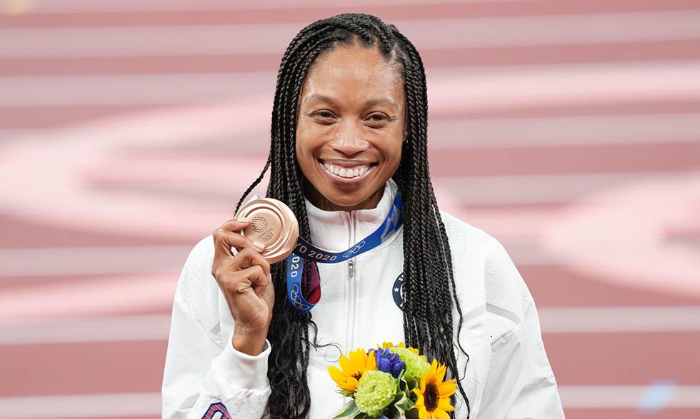 Allyson Felix después de ganar la medalla de bronce en la carrera de 400 metros en Tokio.